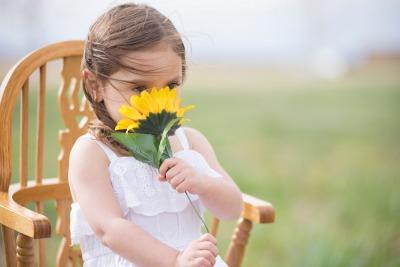 bambina annusa un fiore